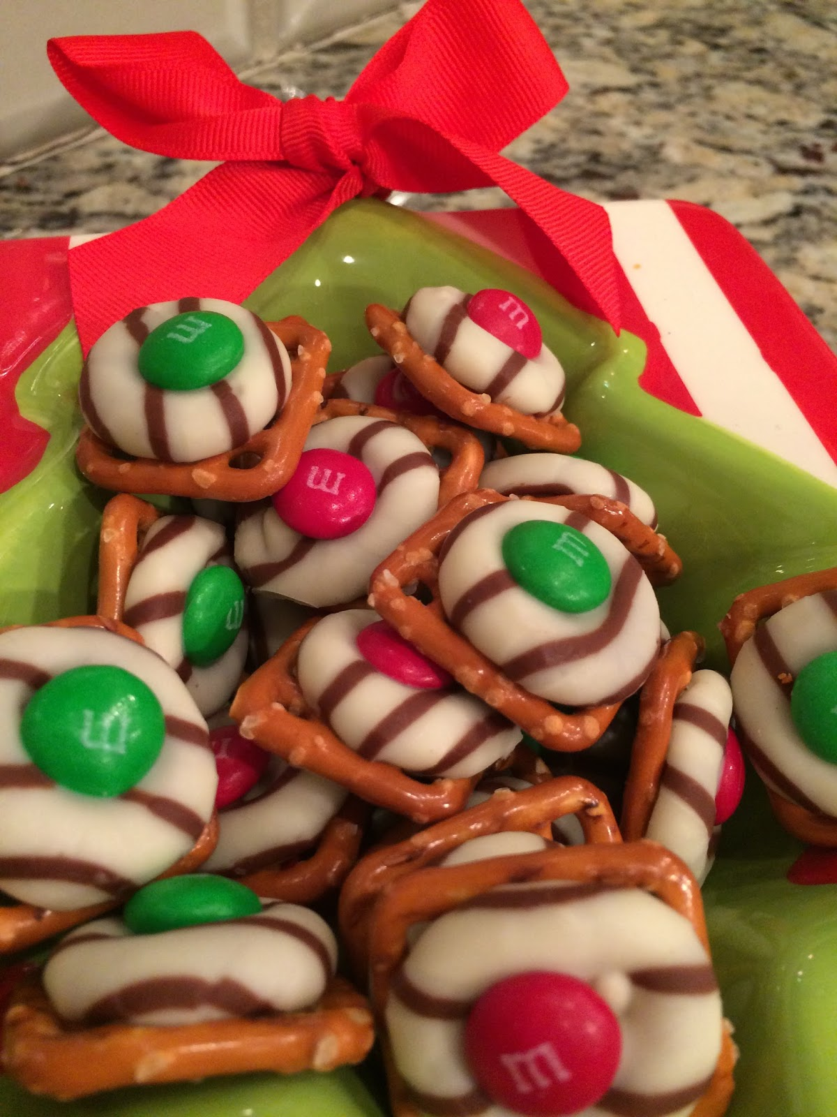 Magnolia mamas kitchen confessions easy christmas treats why yes we can certainly do that kind of baking i thought to myself in fact i usually make a similar treat every christmas with solutioingenieria Images