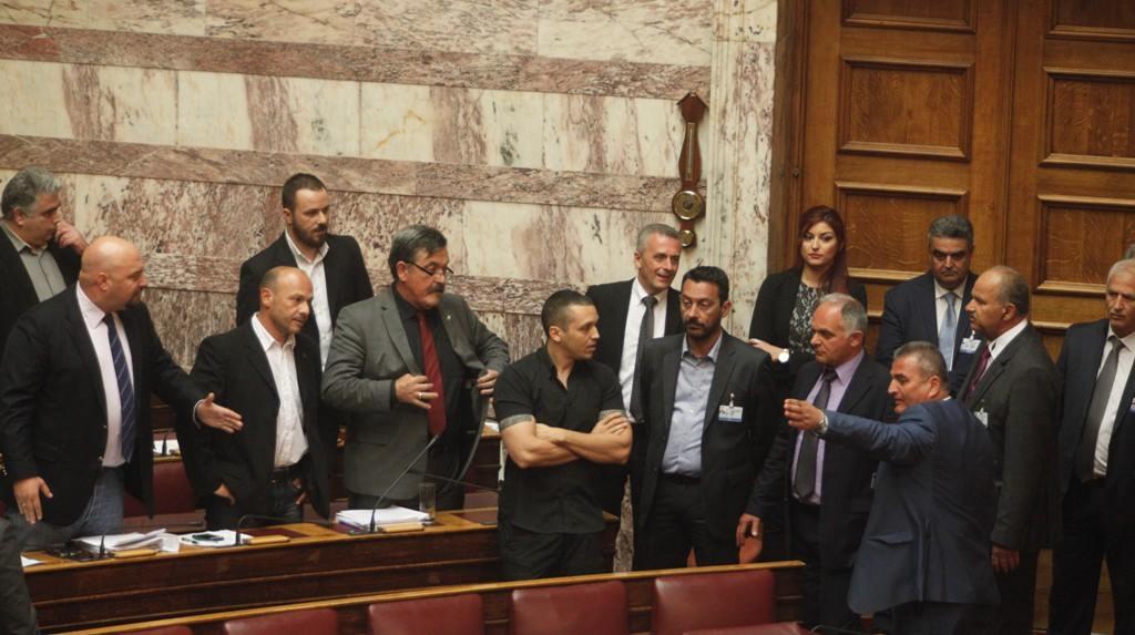Κόκκινη χούντα της πλάκας: Αστυνομική εισβολή μέσα στη βουλή! Αποχώρησε το αντισυνταγματικό τόξο, παρέμεινε στην αίθουσα η Χρυσή Αυγή!