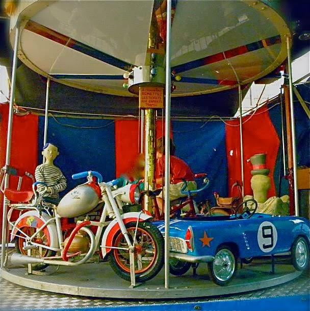 """Heureux les enfants sur le manège """"le petit bazar roulant"""""""