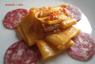 calamarata al sugo di peperoni e stracciatella, con pompelmo e salame nostrano