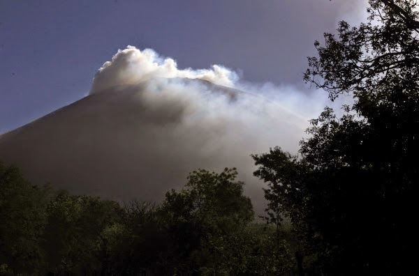 http://sciencythoughts.blogspot.co.uk/2014/05/volcanic-activity-on-chaparrastique.html