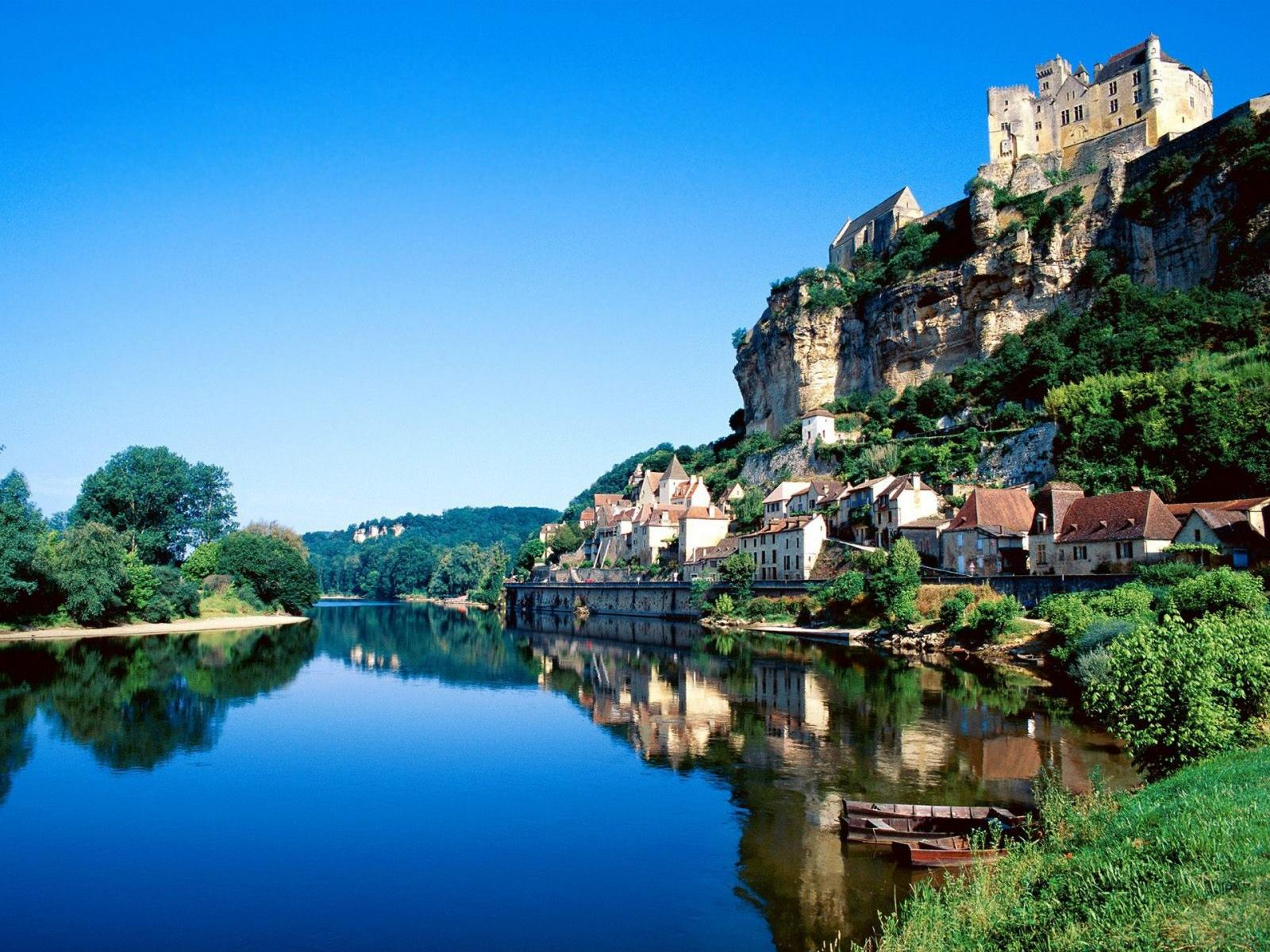 http://1.bp.blogspot.com/-5ttZcEycZ-s/T7FCDmTKhYI/AAAAAAAAFWw/C8fk_gpaiAs/s1600/beynac-dordogne-river-france-abstract-architecture-blue-fantasy-france-photography-rivers-travel-1200x1600+www.deskbase.com.br.jpg