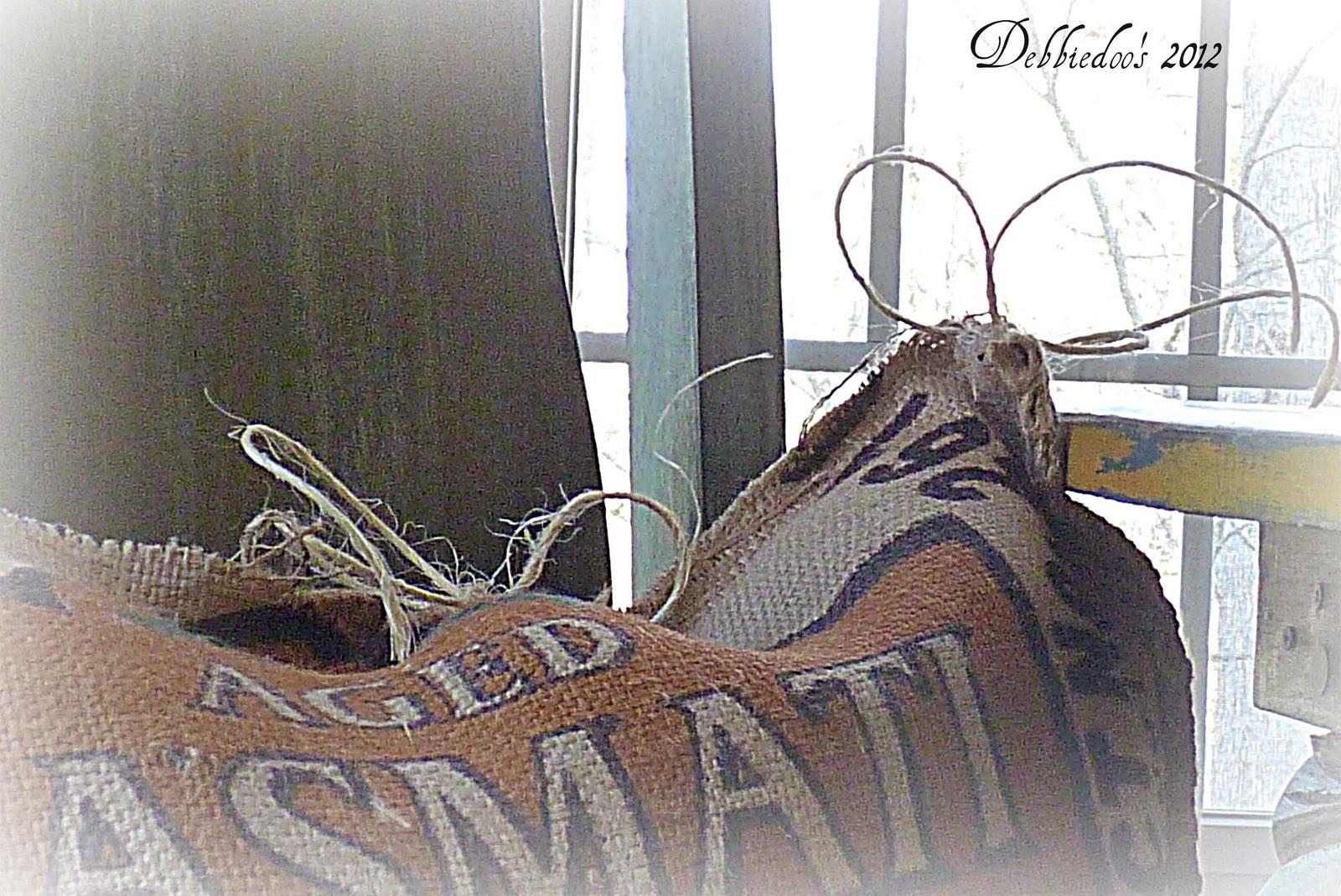 Poked small holes in the burlap to tie the twine on top. & DIY no Sew burlap pillow grain sacks - Debbiedoo\u0027s pillowsntoast.com