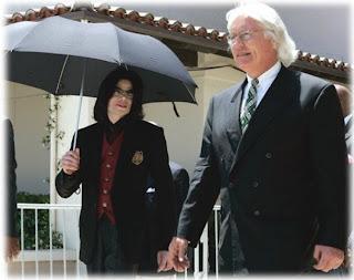 DOS AÑOS DESPUÉS, THOMAS MESEREAU SIGUE DEFENDIENDO A MICHAEL. TomMesereauandMikewithumbrella
