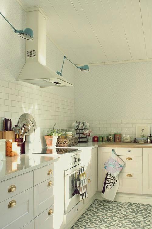 apliques jielde azules en la cocina vintage
