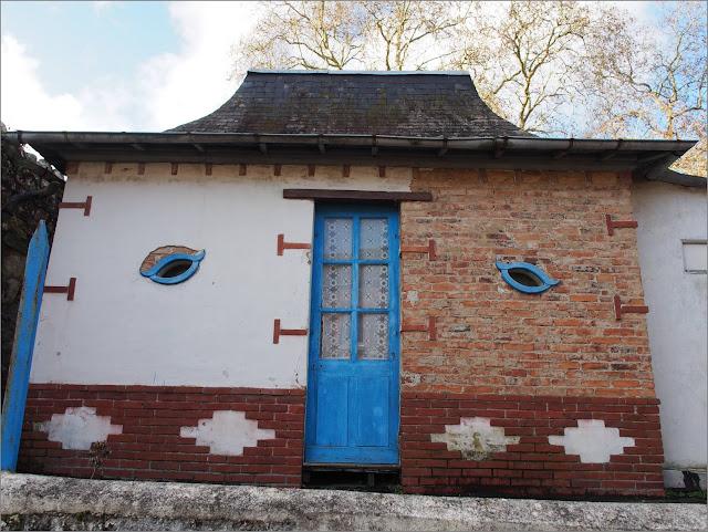Le café de la Gare,a Beslé-sur-Vilaine, a des yeux qui regardent les passants