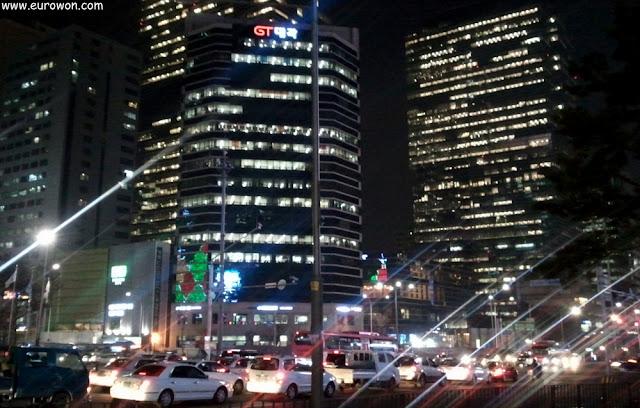 Gangnam, el distrito financiero, visto de noche