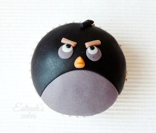 cupcakes de Angry Bird con fondant - negro