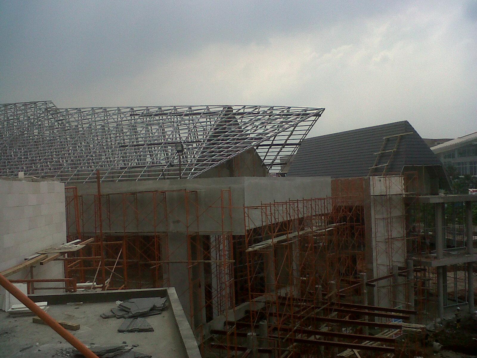 rangka atap baja ringan bila dibanding dengan rangka atap baja