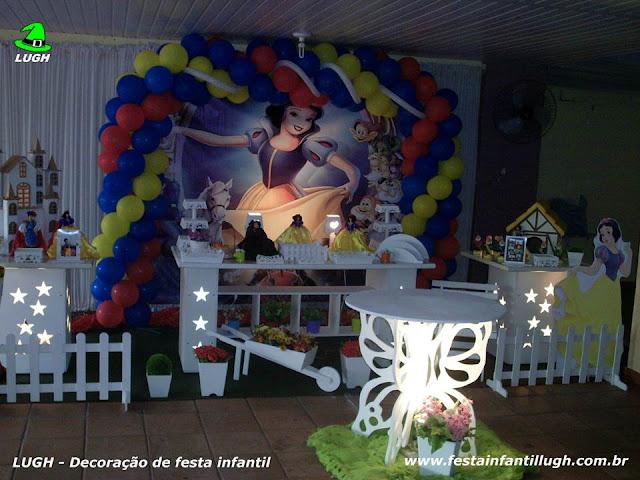 mesa provençal com o tema Branca de Neve para festa de aniversário infantil de meninas