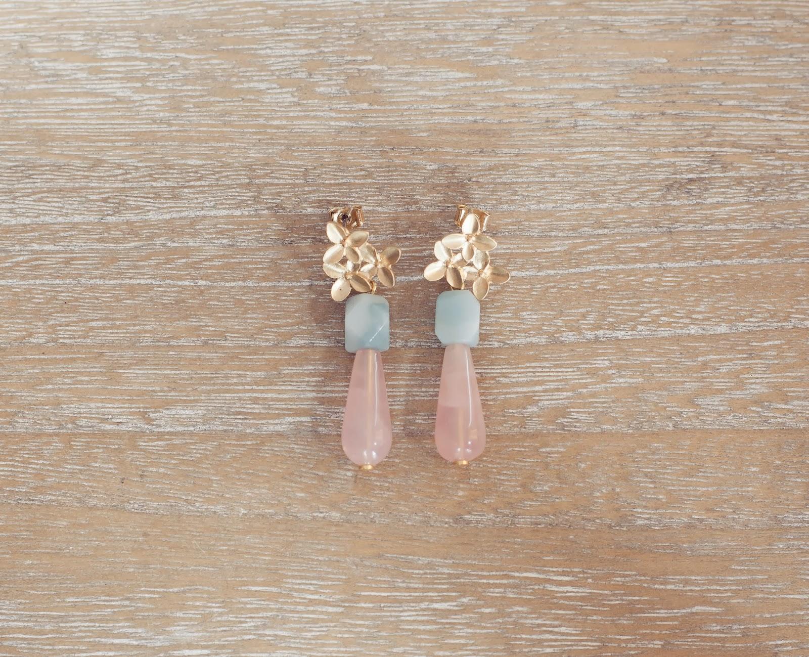 Pendientes dorados con cuarzo rosa y amazonita