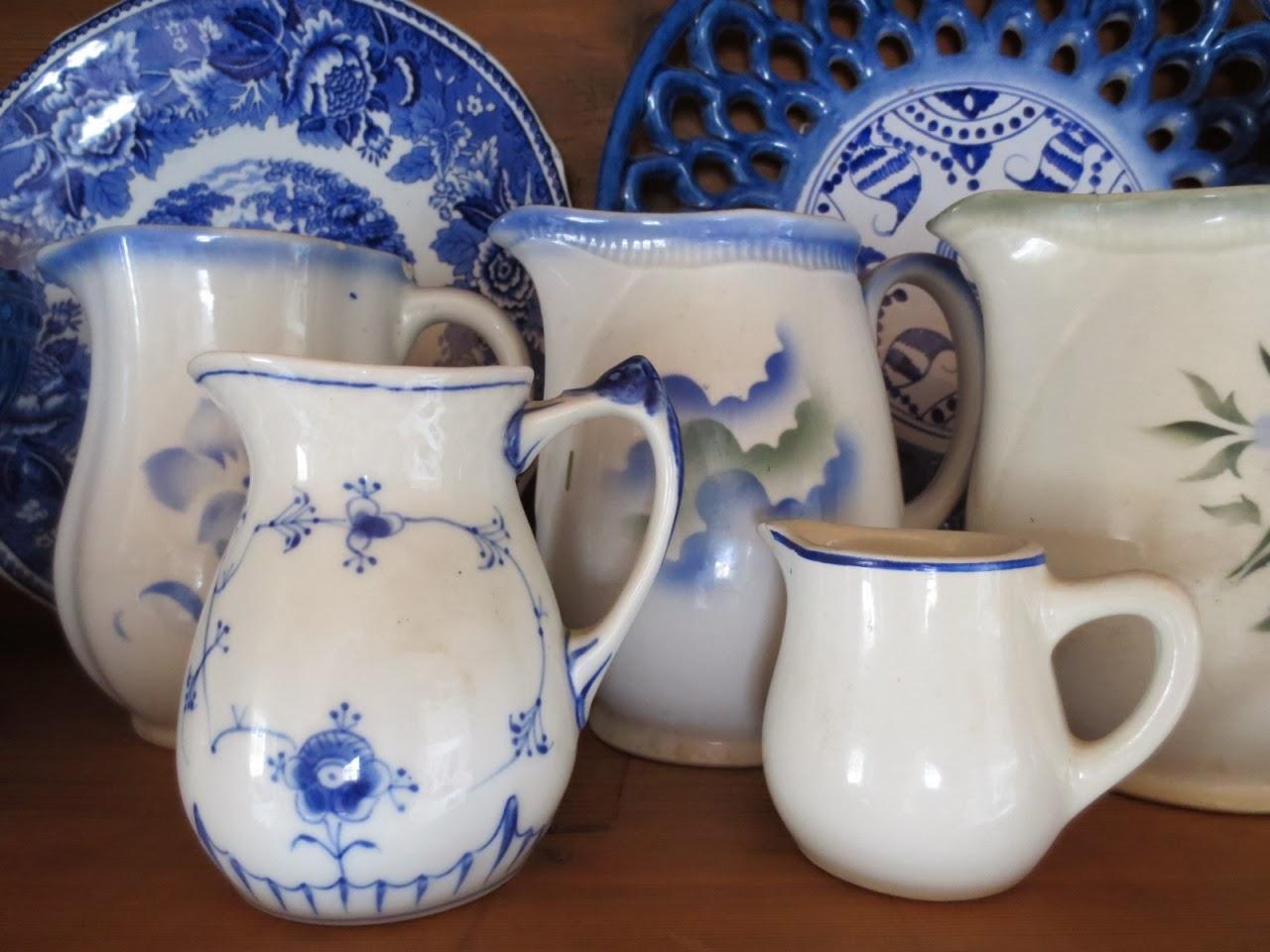 Arabian sinisävyiset vanhat posliiniastiat - kannu ja lautaset