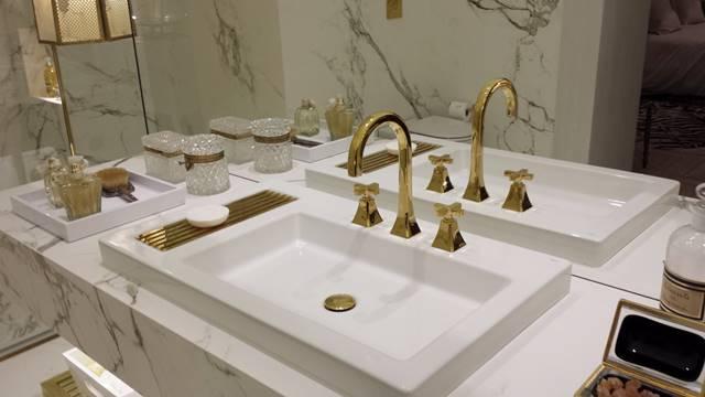 Bancada de banheiro branca com dourado
