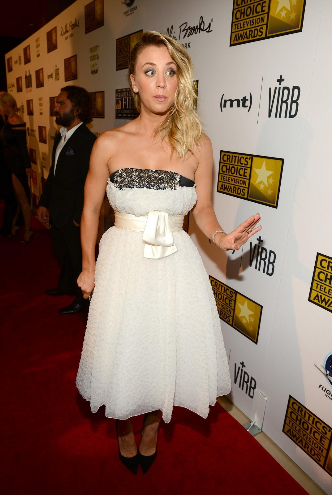 http://1.bp.blogspot.com/-5vShj2pHDek/UbccLVPJ19I/AAAAAAAAgpo/mY_6WZeORls/s1600/Kaley+Cuoco+-+3rd+Annual+Critics%27+Choice+Television+Awards+red+carpet+-+June+10,+2013+-03.jpg