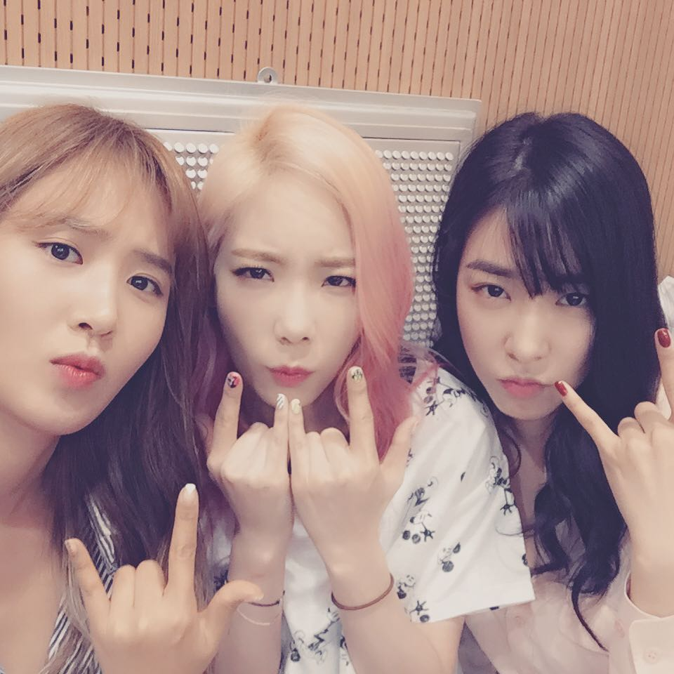 check out snsd tiffany taeyeon and yuri s photos from