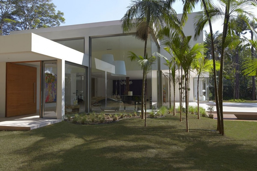 Trees and modern facade of The Morumbi Residence by Drucker Arquitetura