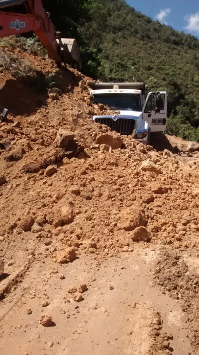 Nuevo derrumbe de hoy viernes, en la vía Málaga - Curos, por poco genera tragedia