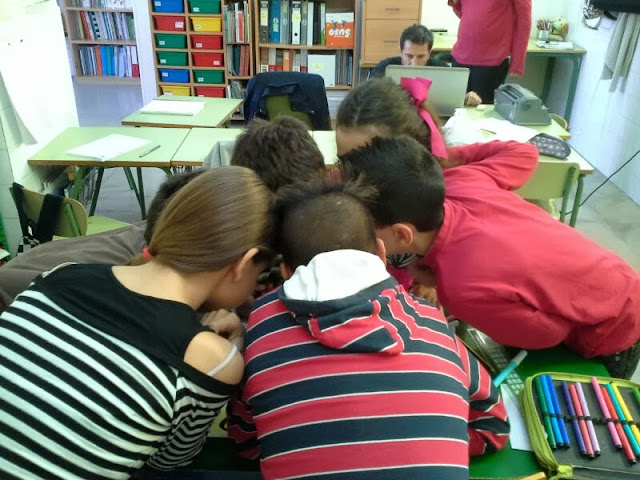 Todos las cabezas de los alumnos están juntas en la foto haciendo un círculo