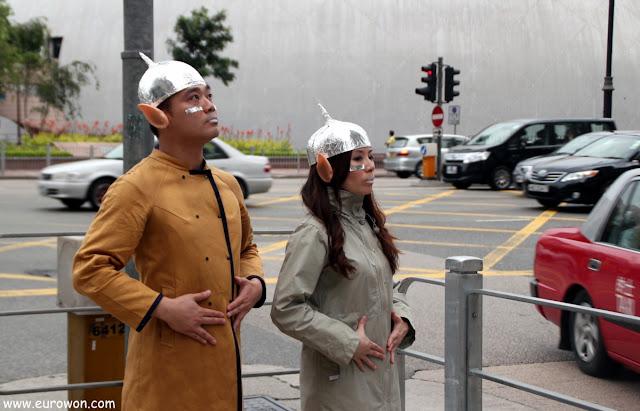 Hongkoneses disfrazados de alienígenas para promocionar el Museo del Espacio