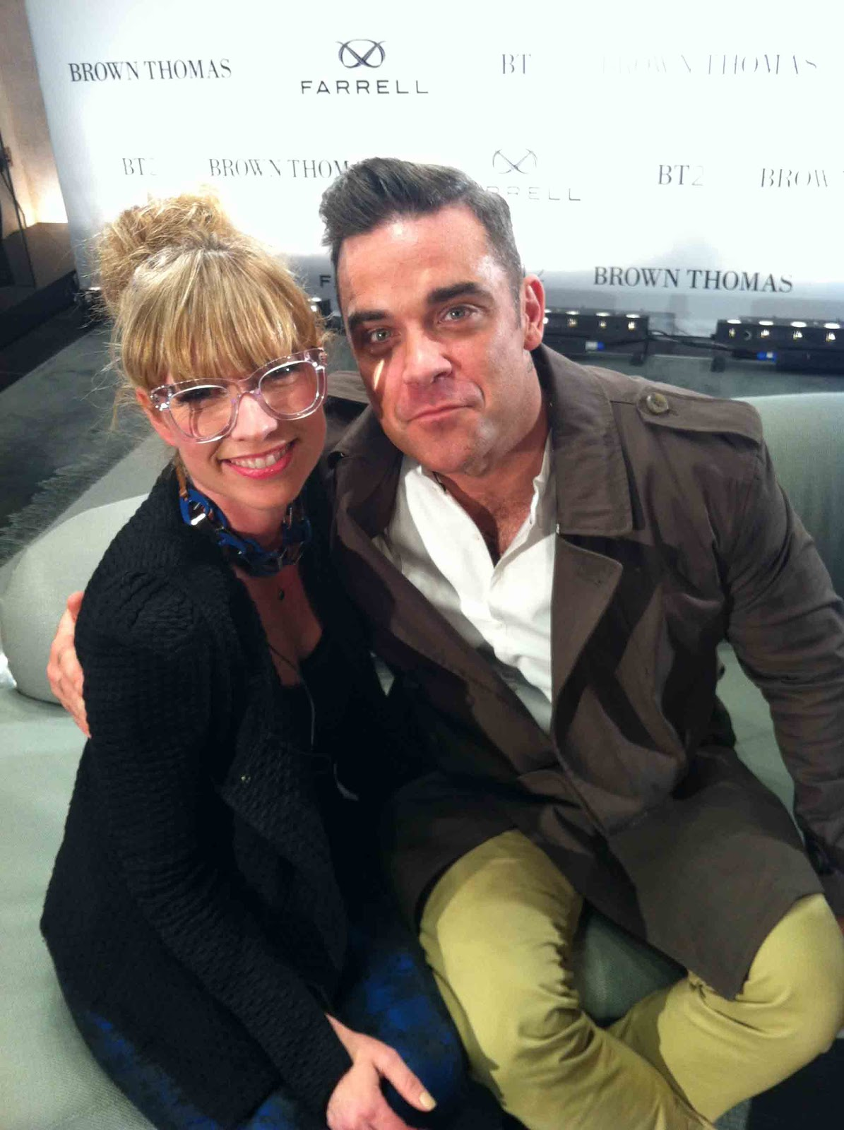 http://1.bp.blogspot.com/-5wib66MQJlw/UIrBKC6rErI/AAAAAAAAHf4/OkUzhjC83Ug/s1600/Off-the-Rails-Sonya-and-Robbie-Williams+(1).jpg