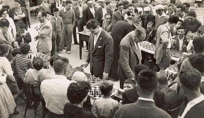 Ángel Ribera dando unas simultáneas de ajedrez junto a su hijo Ricardo y Josep María Bas i Ridameya