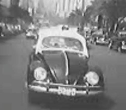 Propaganda do Fusca nos anos 50: viaturas policias apresentam as vantagens do carro.