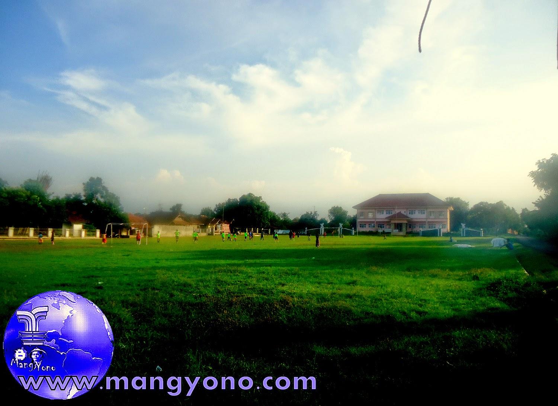 Sepak bola sore – sore di lapangan Desa Bendungan, Pagaden Barat