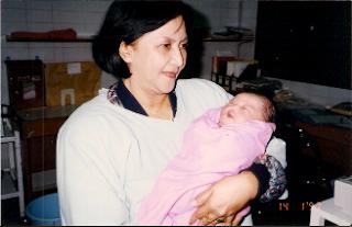Alm. Eyang sedang menggendong saya, saat saya baru lahir