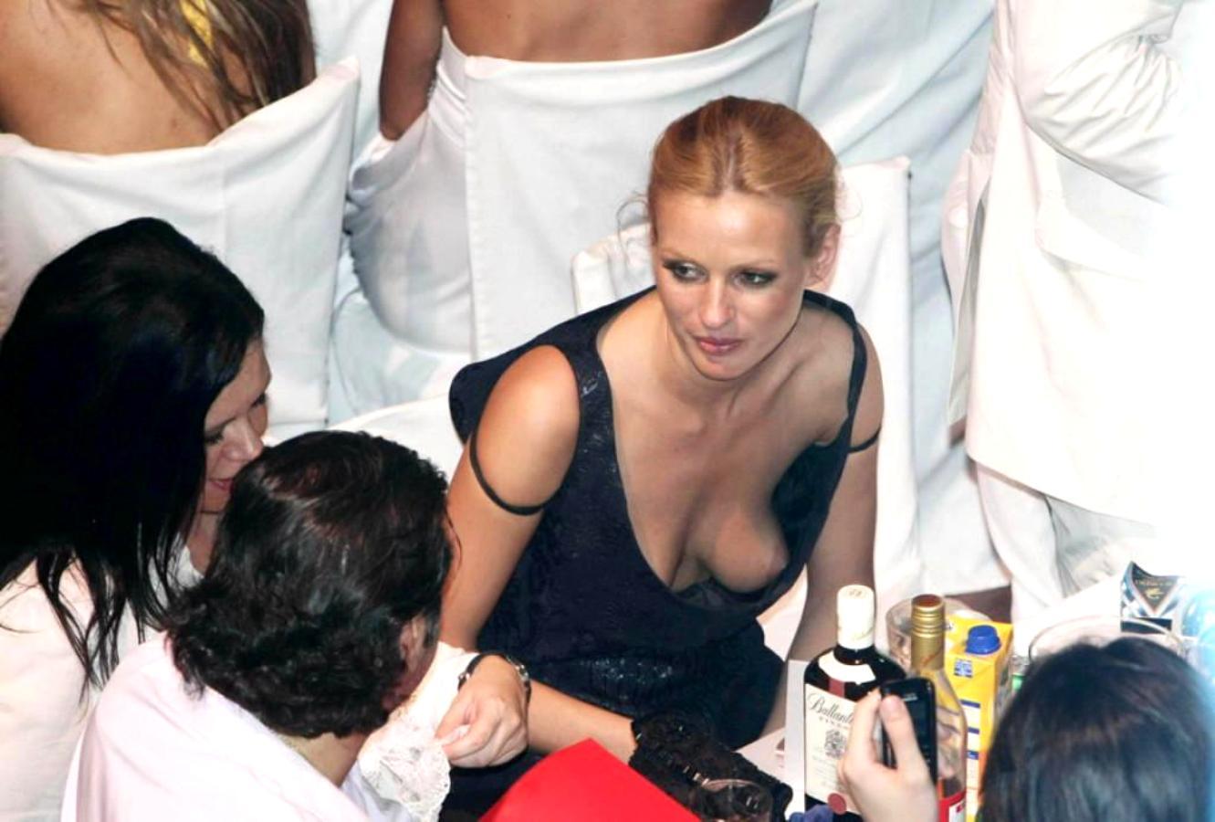 http://1.bp.blogspot.com/-5y65V_XT4r8/T3PBnF4bLOI/AAAAAAAAFMc/wpa1TgVGIFs/s1600/Kate+Bosworth+Downblouse+Nipple+Slip+Candids+www.GutterUncensored.com+003.jpg