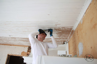renovering av taket i stugan maken skrapar taket