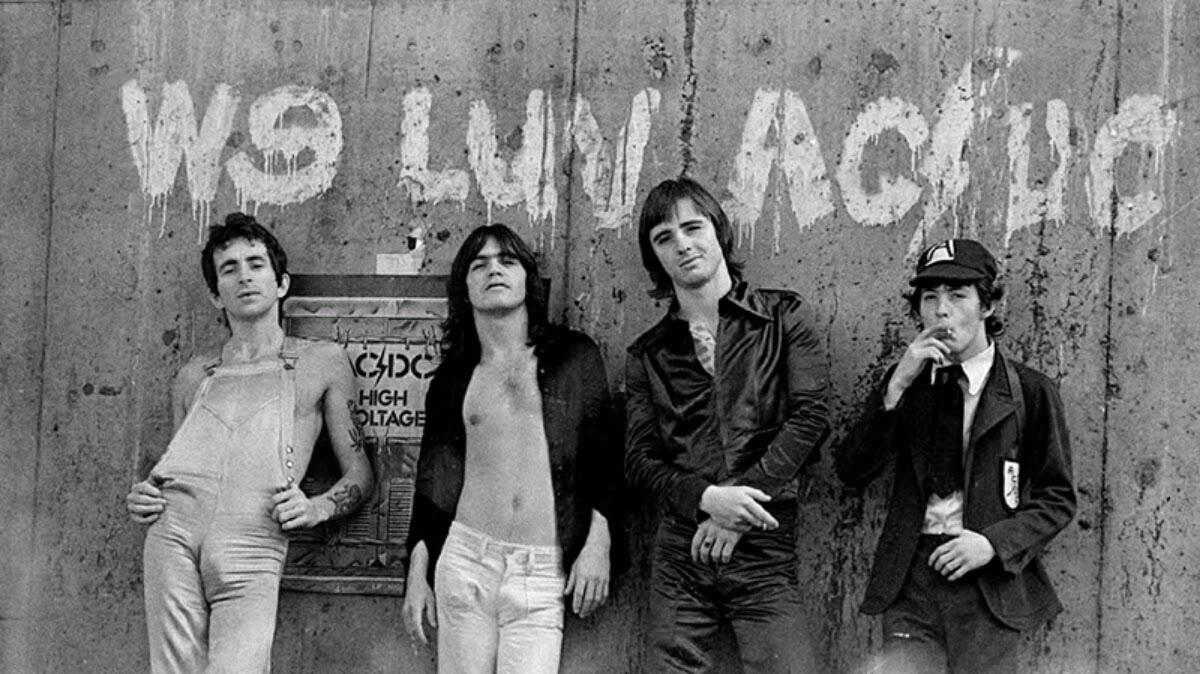 Unos jóvenes AC/DC