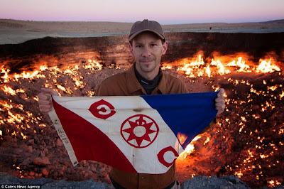 """Petualang Kanada Ini Akhirnya Menjadi Orang Pertama yang Terjun ke """"Gerbang Neraka"""""""