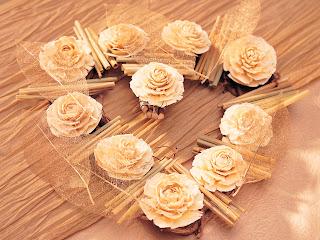 composición delicada de rosas crema y hojas