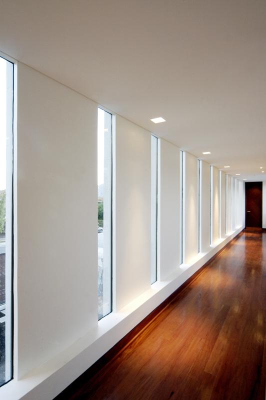 Living in designland ventanales pasillo - Casas con luz natural ...