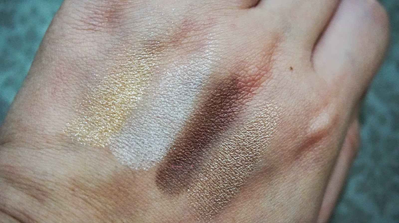 LANEIGE PURE RADIANT SHADOW NO.2 SHINE GOLD, the review, the swatches and the fotd. The first Korean brand eyeshadow that has a great pigmentation, texture and longevity. Easy to blend too. Shade in number 2 shine gold. A gold eyeshadow kit from Laneige.