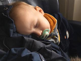 Christkind schläft im Flugzeug