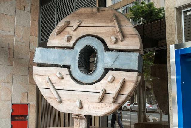 Escultura de Elvo Benito Damo em frente ao Citibank em Curitiba