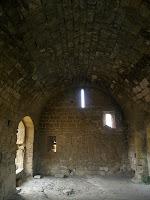 La sala de l'entrada en un magnífic estat de conservació. A banda hi banda hi ha portes per accedir a les diferents zones del castell