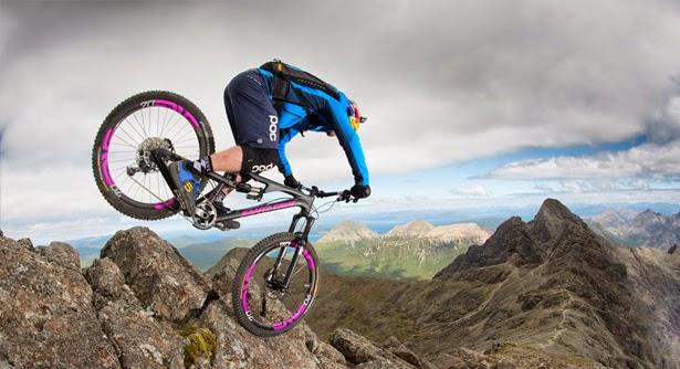 """O curta que você assistirá a seguir chama-se """"The Ridge"""" e tem como protagonista o monstro do bike trial, Danny Macaskill. Ele, que já desbravou vários lugares do mundo, está pela primeira vez de volta a sua terra natal da ilha de Skye, na Escócia, para te levar em um passeio que desafia a morte ao longo o notório monte Cuillin Ridgeline."""