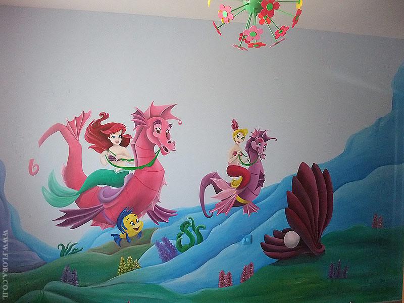 ציור קיר בשלבי סיום. בת הים הקטנה אריאל ואחותה הרוכבות על סוסי ים. קונכייה ובתוכה פנינה. ברקע גלי ים