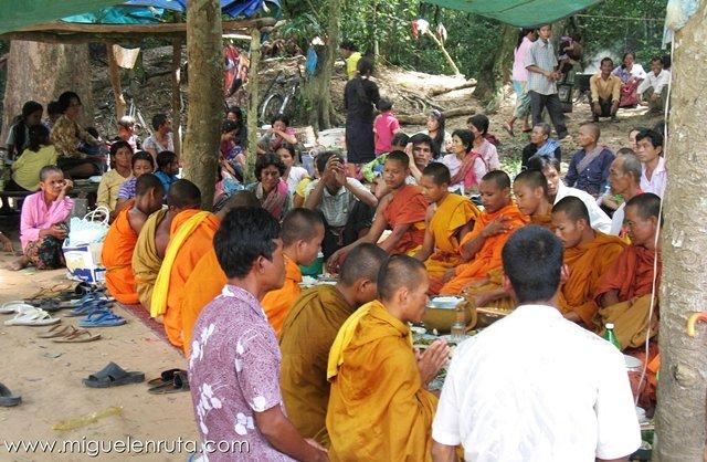 Prasat-Neak-Pean-Monjes-Budistas