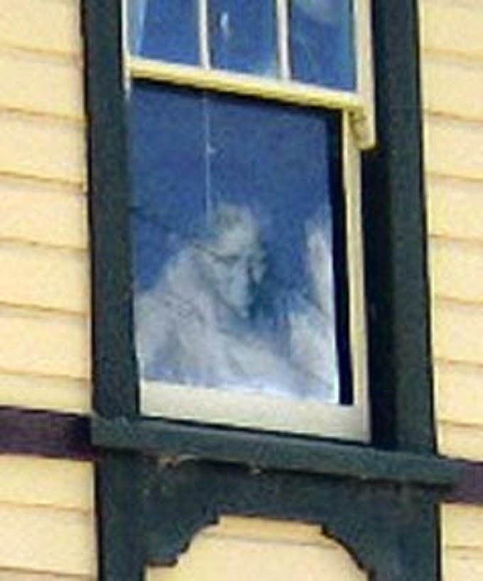 قصة شبح نافذة مكتب البريد !