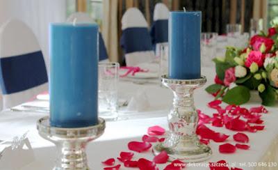 dekoracja stołu płatki róż