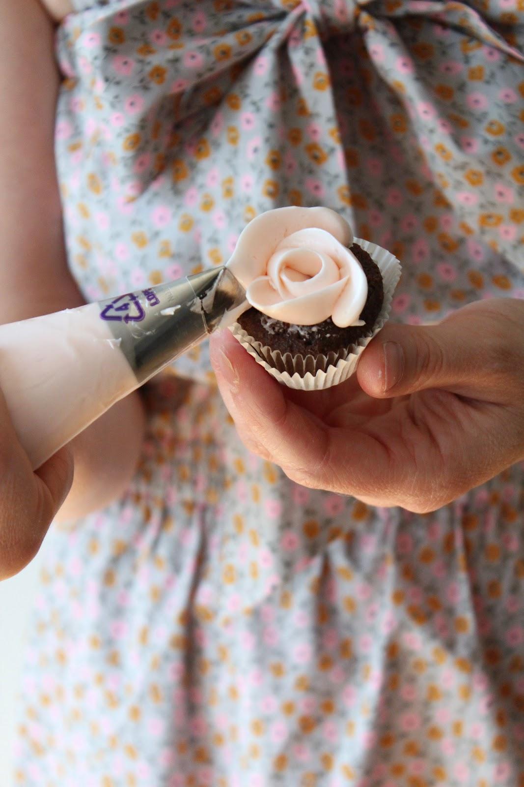 Icing Designs: Mini Rose Cupcakes