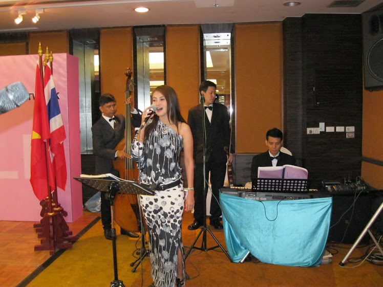 การบรรเลงดนตรีสากลวงทรีโอ-นักร้องหญิง
