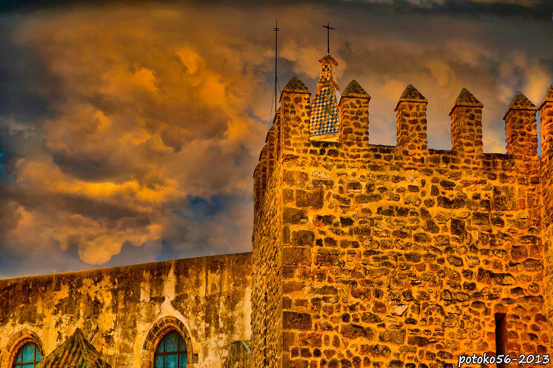 Almenas del Castillo de luna y torre de la Parroquia de la O