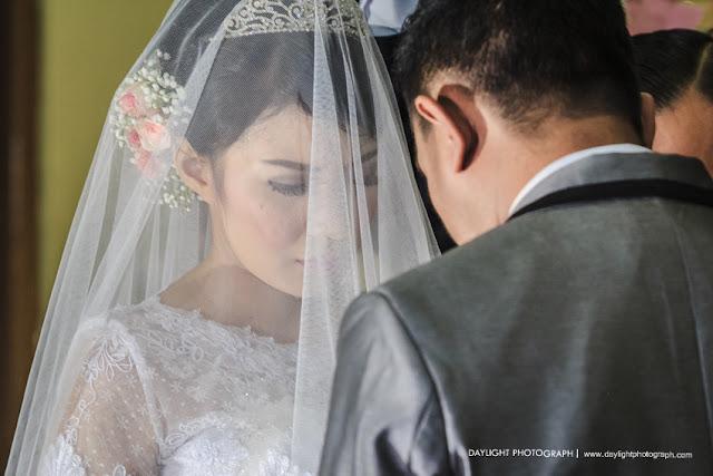 foto ekspresi pengantin perempuan usai mengucapkan janji nikah