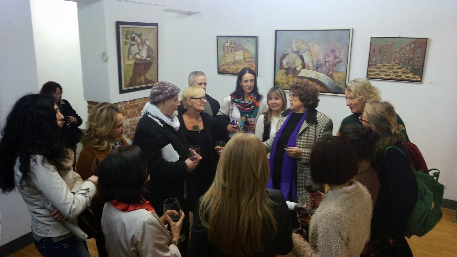 Josefina Cabrera Piris comentando su obra a miembros de Internations