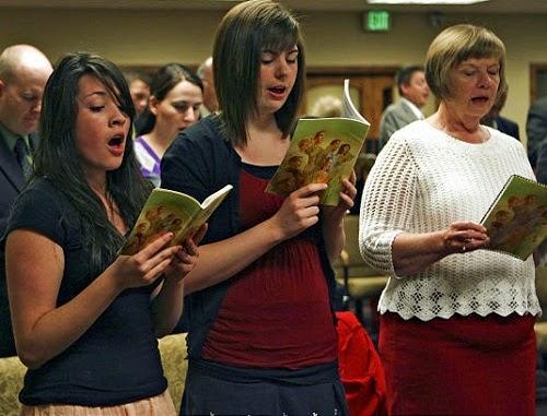 Свидетели Иеговы поют в Зале Царства