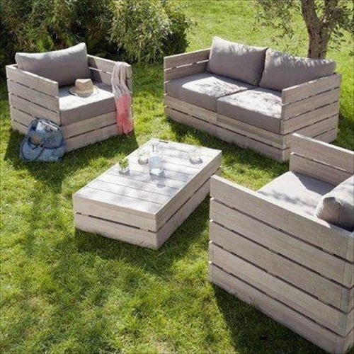 Pallet sofa inexpensive seating arrangement ideas for Make a pallet sofa
